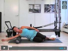 Massage og stræk af skuldre og arme med foamroller