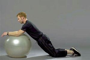 5 gode øvelser med bold - Træn ryggen med pilatesbold